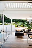 Elegante, überdachte Terrasse mit Glasbalustrade
