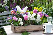 Kleine Sträuße mit Rosen, Tulpen und Flieder im Holzkasten