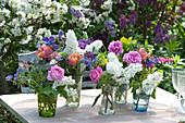 Kleine Sträuße mit Rosen, Tulpen und Flieder