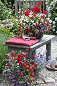 Rot - weiß - lila bepflanzte Körbe mit Balkonblumen