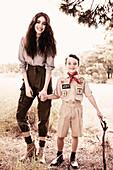Dunkelhaarige Frau mit Jungen im Uniform