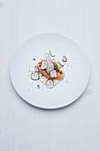 Vakuumgegartes Lachsfilet und pochierte Auster mit Champagner-Trüffel-Aioli und Sommertrüffeln