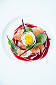 Potato crisps with beetroot and a quail's egg