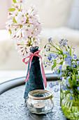 Zweig von blühender Zierkirsche 'Amanogawa' in Vase