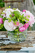 Strauß aus Rosen und Frauenmantel