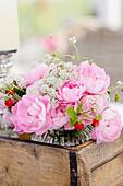 Gesteck aus Rosen, Erdbeeren und Giersch - Blüten