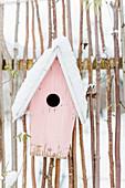Vogelhaus - Nistkasten im Schnee