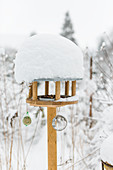 Futterhaus - Vogelfutter mit Schneehaube