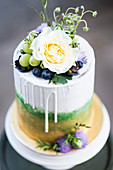 Schichtkuchen in Gold und Grün mit Trauben und Blumen