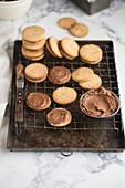 Sandwich Cookies mit Schokoladencreme auf Abkühlgitter