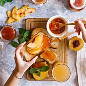 Toastbrot mit Aprikosenmarmelade und frischen Früchten zum Frühstück