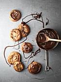 Chocolate Chip Cookies mit flüssiger Schokolade verzieren