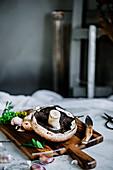 Frische Portobello-Pilze auf Schneidebrett