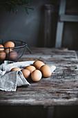 Eier auf Holztisch