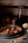 Schokoladentrüffeln mit Rum und Ingwer in Kakaopulver wälzen