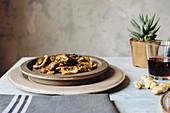 Sautierte Pilze mit Olivenöl, Knoblauch und Rosmarin