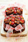 Christmas cakes decorated with ribbon