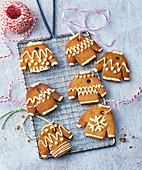 Pfefferkuchen-Pullis als weihnachtliche Dekoanhänger
