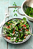 Gluten-free spinach salad with peas and feta