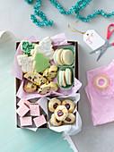 Weihnachtsgebäck zum Verschenken in Geschenkschachtel (Aufsicht)