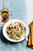 Spaghettoni mit Kalbfleischbällchen, Speck und Broccoliröschen