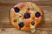 Foccacia with blackberries and goat's cheese