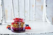Schichtmüsli mit Sommerbeeren-Parfait im Glas