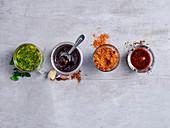 Kräuter- und Fünf-Gewürze-Marinade sowie zwei Paprika-Rubs