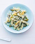 Nudel-Lauch-Salat mit Gewürzgurken und Mandarinen