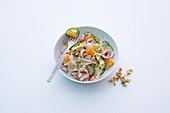 Würziger Putensalat mit Gurke, Radieschen und Mandarinen