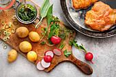 Wiener Schnitzel und Zutaten für einen Kartoffel-Kräuter-Salat
