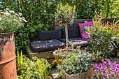 Mediterrane Terrasse mit Paletten-Sofa