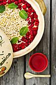 Veganes Hirse-Obst-Porridge mit heißem Ingwerwasser