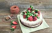 Rustikaler Gewürzkuchen mit Ingwer, Frischkäse und Erdbeeren