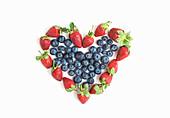 Herz aus frischen Blaubeeren und Erdbeeren