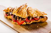Croissant mit Schokolade und Erdbeere