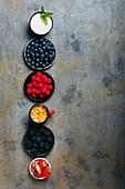 Joghurt und Cornflakes mit verschiedenen Beeren zum Frühstück