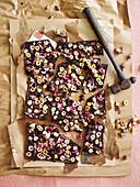 Selbstgemachte Haselnussschokolade mit Lokum und Rosenblütenblättern