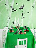 Schaurig schön gedeckter Tisch für die Halloween-Party