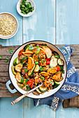 Tajine aus Zucchini, Auberginen, Paprika, Süßkartoffeln und Kichererbsen