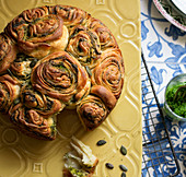 Kubaneh (jemenitisches Pull Apart Bread) mit Knoblauch und Pesto