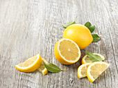 Zitronen, ganz, halbiert und Schnitze