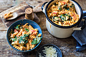 One-pot pasta with tomatoes, spinach, cream and mozzarella