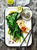 Limetten-Chili-Fisch aus der Pfanne mit grünem Gemüse