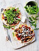 Pizza mit gemischten Pilzen, Feta und Rucola