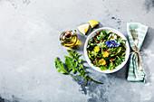 Salat mit verschiedenen Wiesen- und Heilkräutern (Paleo)