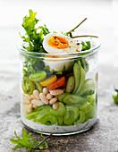 Salat im Glas mit Bohnen und Ei