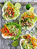 Asiatischer Schweinefleischsalat im Salatblatt