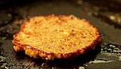Pancake in der Pfanne ausbacken und mit Pfannenwender wenden