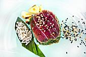Thunfisch in Kräuterkruste mit Reis und Sesam (Vietnam)